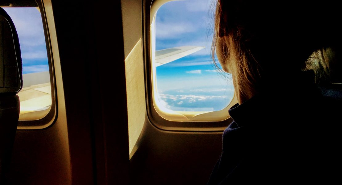 In aereo con un neonato: guida per sopravvivere ai primi voli formato famiglia